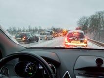 Tempestade de neve, condução de carro pobre em estradas lisas foto de stock