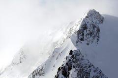 Tempestade de neve em montanhas imagem de stock