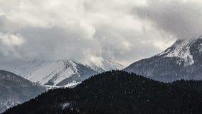 Tempestade de neve pesada no lapso de tempo nevado das montanhas do inverno filme