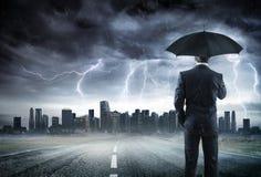 Tempestade de With Umbrella Looking do homem de negócios Fotos de Stock Royalty Free