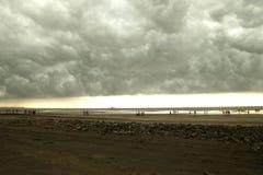 A tempestade de vinda na praia Imagens de Stock Royalty Free