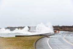 A tempestade despedaça a costa Imagens de Stock Royalty Free