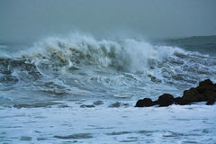 A tempestade do mar acena dramaticamente deixar de funcionar e espirrar contra rochas Imagem de Stock Royalty Free