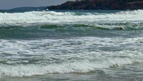 Tempestade do mar fora de Rocky Coastline filme