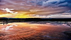 Tempestade do por do sol sobre o geyser do parque nacional de Yellowstone foto de stock