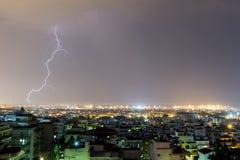 A tempestade do relâmpago golpeia a cidade de Tessalónica, Grécia Imagens de Stock Royalty Free