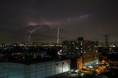 Tempestade do relâmpago sobre a cidade fotos de stock royalty free