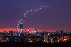 Tempestade do relâmpago sobre a cidade Fotografia de Stock Royalty Free