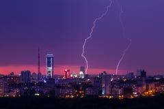 Tempestade do relâmpago sobre a cidade Imagens de Stock