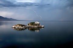 Tempestade do relâmpago sobre o lago grande Fotografia de Stock