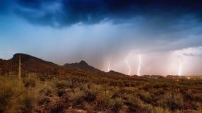 Tempestade do trovão e do relâmpago da monção sobre o parque nacional de Saguaro em Tucson, AZ fotos de stock royalty free