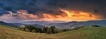 Tempestade e por do sol de abril nas montanhas Noite da mola foto de stock