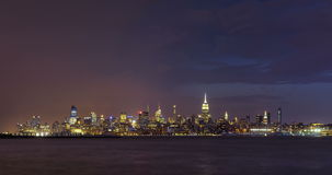 Tempestade e relâmpago da noite em New York City sobre arranha-céus do Midtown de Manhattan