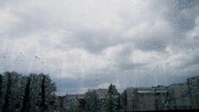 tempestade escura da nuvem de trovão do Tempo-lapso na cidade da janela vídeos de arquivo
