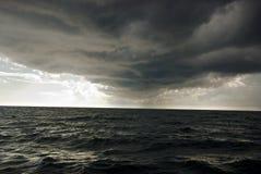 A tempestade está vindo de no ultramar Imagem de Stock