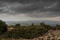 A tempestade está vindo e é melhor sair a montanha fotografia de stock