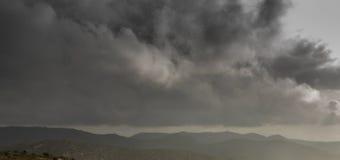 A tempestade está vindo e é melhor sair a montanha imagens de stock royalty free