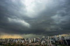 A tempestade está vindo furacão Terra e céu cityscape Paisagem da cidade de Sao Paulo, Brasil foto de stock