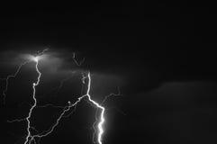 Tempestade grande que traz o trovão, os relâmpagos e a chuva imagem de stock