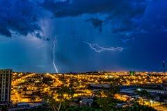 Tempestade na cidade Ribeirao Preto, Sao Paulo, Brasil, com parafuso e chuva no fundo fotografia de stock