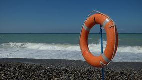 Tempestade no dia ensolarado Boia salva-vidas no dianteiro movendo sobre o vento filme