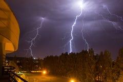 Tempestade pesada do trovão na noite imagens de stock royalty free