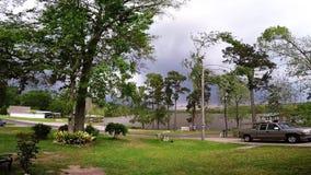 Tempestade que funde dentro sobre o lago vídeos de arquivo