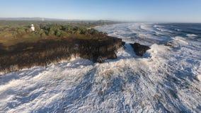 A tempestade Raging acena despedaçar-se em rochas Foto de Stock