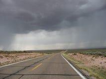 Tempeste della pioggia sulla strada ancora fotografia stock libera da diritti