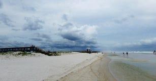 Tempestoso alla spiaggia Immagine Stock