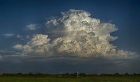Tempestoso si rannuvola il campo Fotografie Stock