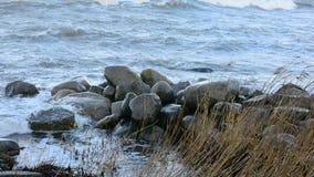 Tempestuoso en el mar, altas ondas almacen de video