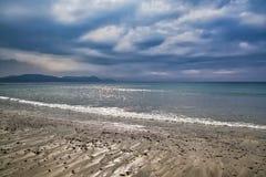 Tempestuoso puede la mañana en Lyme Regis foto de archivo libre de regalías