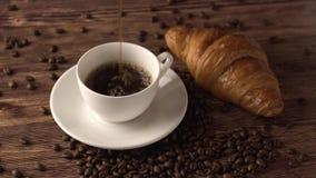 Tempi della pausa caffè Aroma del caffè nero caldo di americano con il forno dei croissant un il buon pomeriggio di rinfresco Ali stock footage