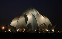 Tempiale alla notte, Delhi del loto fotografie stock libere da diritti