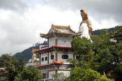 Tempiale asiatico con Buddha gigante Immagine Stock Libera da Diritti