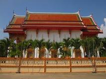 Tempiale buddista e cielo blu. Fotografia Stock