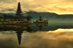 Tempiale dell'acqua del Bali Pura Ulun Danu Bratan fotografia stock libera da diritti