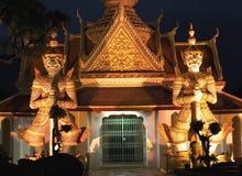 tempiale dell'alba alla notte a Bangkok, Tailandia Fotografia Stock