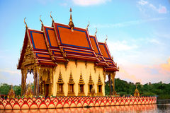 Tempiale della Tailandia Pagoda buddista, Wat Plai Laem Punto di riferimento scenico Fotografia Stock