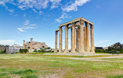 Tempiale dello Zeus di olimpionico, acropoli nella priorità bassa Immagine Stock