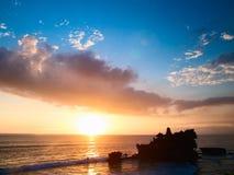 Tempiale di Balinese sul tramonto Immagini Stock Libere da Diritti