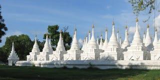 Tempiale di Kuthodaw, Mandalay Immagini Stock