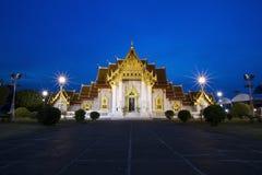 Tempiale di marmo alla notte Bangkok Tailandia Fotografia Stock