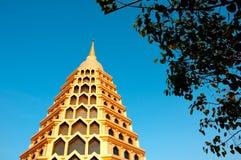 Tempiale dorato con cielo blu fotografia stock libera da diritti