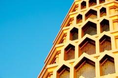 Tempiale dorato con cielo blu fotografia stock