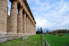 Tempiale e montagne a Paestum Fotografia Stock