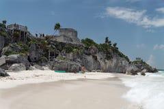 Tempiale e spiaggia di rovine di Tulum Fotografia Stock Libera da Diritti