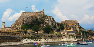 Tempiale ellenico e vecchio castello all'isola di Corfù Fotografia Stock