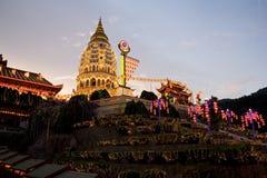 Tempiale illuminato in su per il nuovo anno cinese Immagini Stock